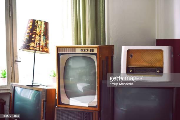 antique tv and radios - radio antigua fotografías e imágenes de stock