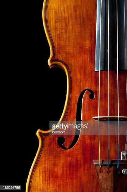 アンティークのバイオリンを演奏