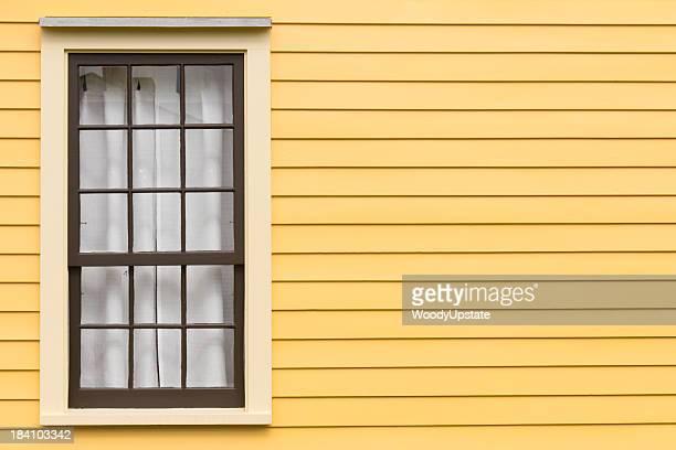 Fenêtre Antique et mur jaune