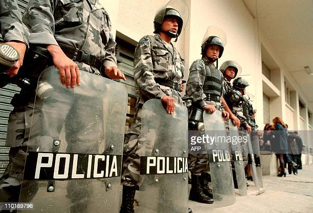 Antiriot police stand 11 January 2000 during demonstrations in Quito against the governmentPolicias antimotines custodian el 11 de Enero de 2000 las...