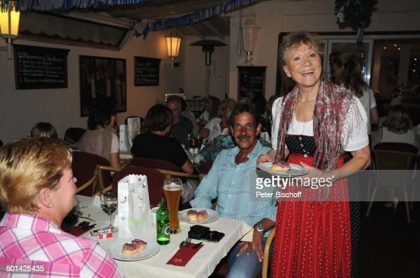 Antje Hagen mit VorspeisenTeller beim Kellnern für Fans beim 'StarDinner' am FanWochenende im 'Sturm der Liebe'Café Paguera Insel Mallorca Balearen...