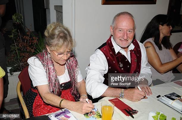 Antje Hagen Sepp Schauer beim Autogramme schreiben Corinna Binzer 'StarDinner' am FanWochenende im 'Sturm der Liebe'Café Paguera Insel Mallorca...