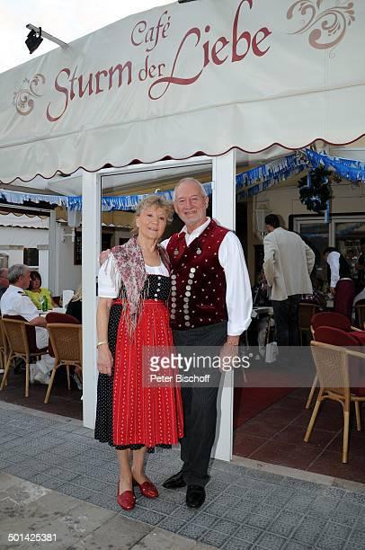 Antje Hagen Sepp Schauer dahinter Stefan Jonas 'StarDinner' am FanWochenende im 'Sturm der Liebe'Café Paguera Insel Mallorca Balearen Spanien Europa...
