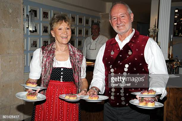 Antje Hagen Sepp Schauer mit VorspeisenTeller beim Kellnern für Fans beim 'StarDinner' am FanWochenende im 'Sturm der Liebe'Café Paguera Insel...