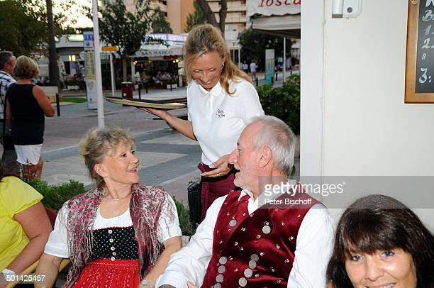 Antje Hagen Sepp Schauer seine Lebensgefährtin Corinna Binzer dahinter Kellnerin Bibi 'StarDinner' am FanWochenende im 'Sturm der Liebe'Café Paguera...