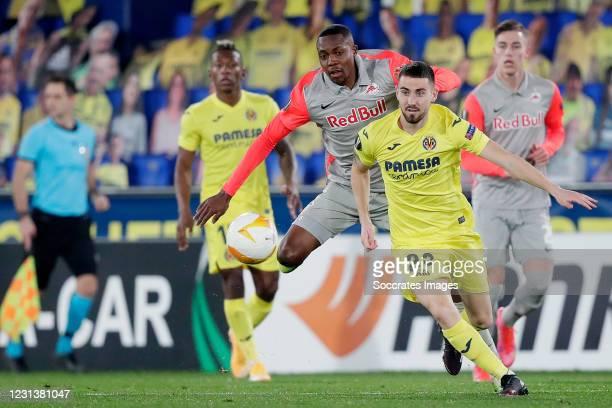 Antoine Bernede of FC Salzburg, Moi Gomez of Villarreal during the UEFA Europa League match between Villarreal v Salzburg at the Estadio de la...