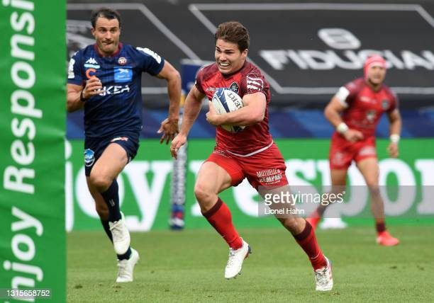 Antoine Dupont of Toulouse runs through to score their second try during the Heineken Champions Cup Semi Final match between Toulouse and Bordeaux...