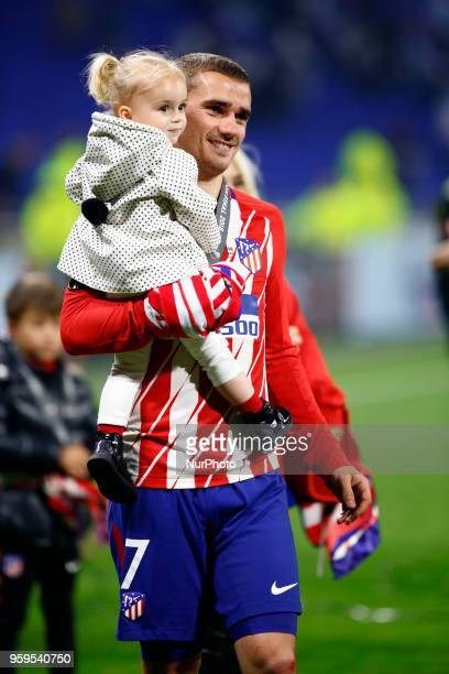 Antoine Griezman of Atletico celebrates with the daughter Mia during the UEFA Europa League Final between Olympique de Marseille and Club Atletico de...