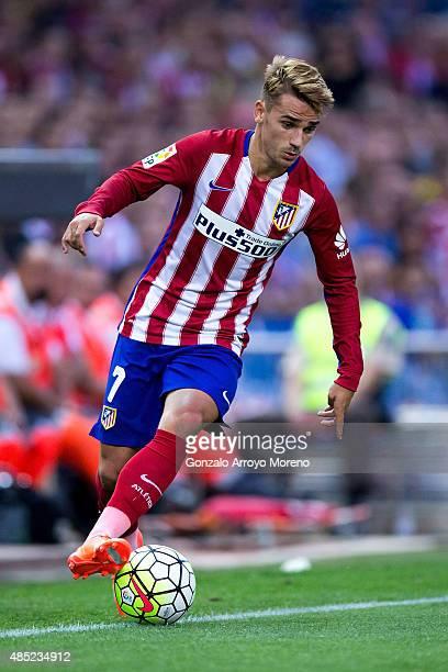 Antoine Griezmann of Atletico de Madrid controls the ball during the La Liga match between Club Atletico de Madrid and UD Las Palmas at Vicente...