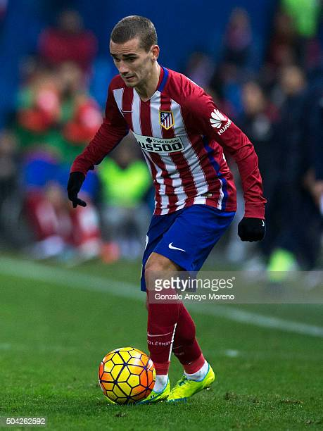 Antoine Griezmann of Atletico de Madrid controls the ball during the La Liga match between Club Atletico de Madrid and Levante UD at Vicente Calderon...