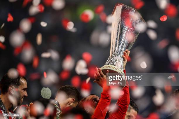 Antoine Griezmann of Atletico Madrid and Atletico Madrid players celebrate as they lift The Europa League trophy after the UEFA Europa League Final...