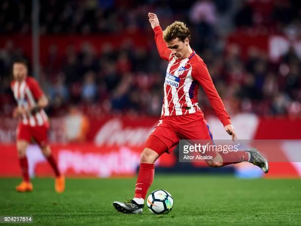 Antoine Griezmann of Atletico Madrid controls the ball during the La Liga match between Sevilla CF and Atletico Madrid at Estadio Ramon Sanchez...