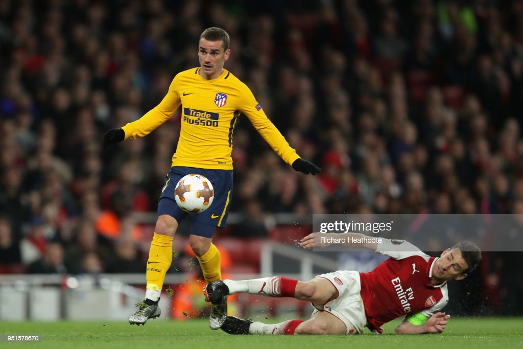 Antoine Griezmann of Atletico Madrid goes past Laurent Koscielny of Arsenal on his way to scoring his sides first goal during the UEFA Europa League Semi Final leg one match between Arsenal FC and Atletico Madrid at Emirates Stadium on April 26, 2018 in London, United Kingdom.