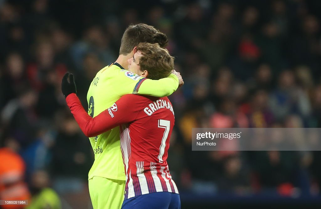 صور مباراة : أتلتيكو مدريد - برشلونة 1-1 ( 24-11-2018 ) Antoine-griezmann-of-atletico-madrid-greeting-gerard-pique-of-during-picture-id1065051984