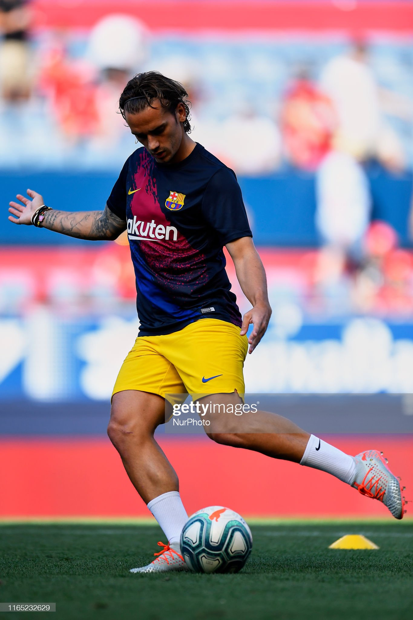 صور مباراة : أوساسونا - برشلونة 2-2 ( 31-08-2019 )  Antoine-griezmann-of-barcelona-during-the-warmup-before-the-liga-ca-picture-id1165232629?s=2048x2048