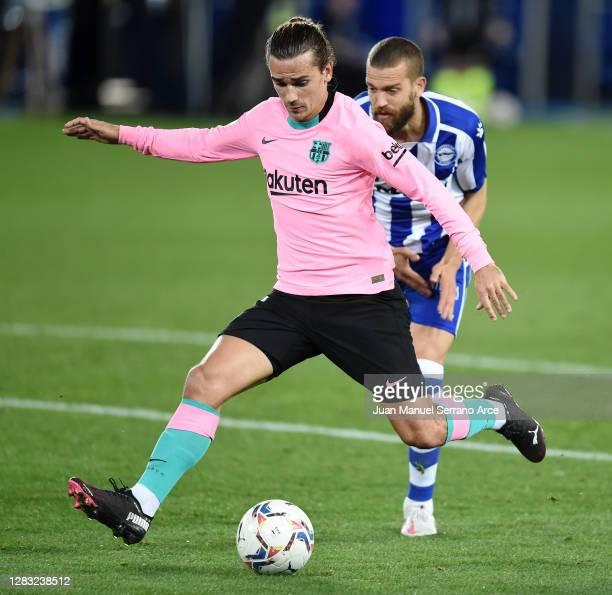 Antoine Griezmann of Barcelona scores his sides 1st goal during the La Liga Santander match between Deportivo Alavés and FC Barcelona at Estadio de...