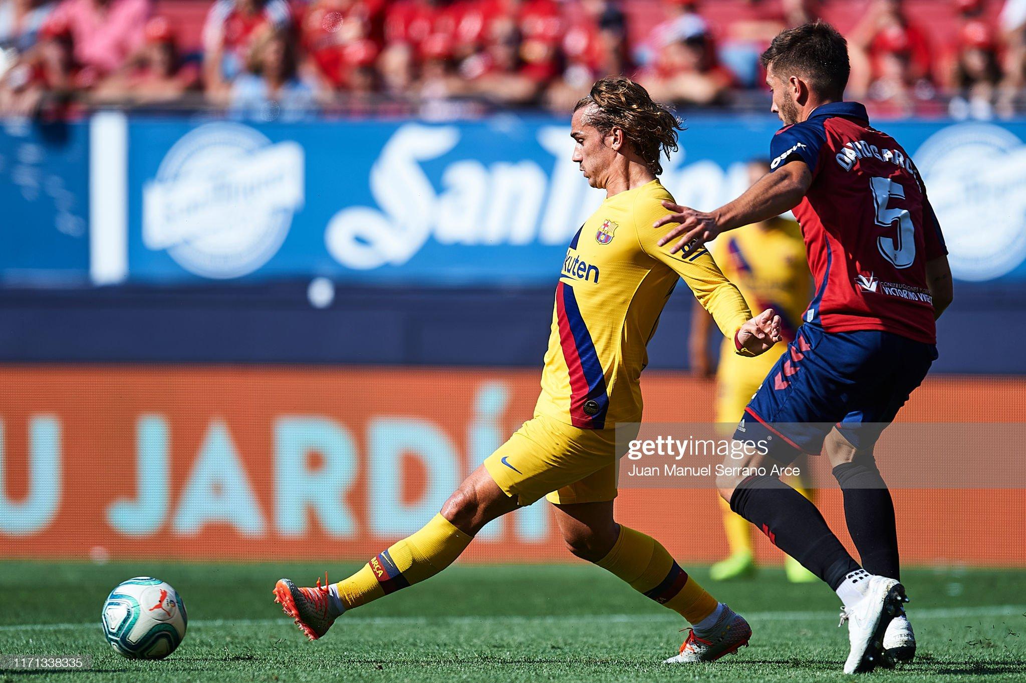 صور مباراة : أوساسونا - برشلونة 2-2 ( 31-08-2019 )  Antoine-griezmann-of-fc-barcelona-being-followed-by-david-garcia-of-picture-id1171338335?s=2048x2048