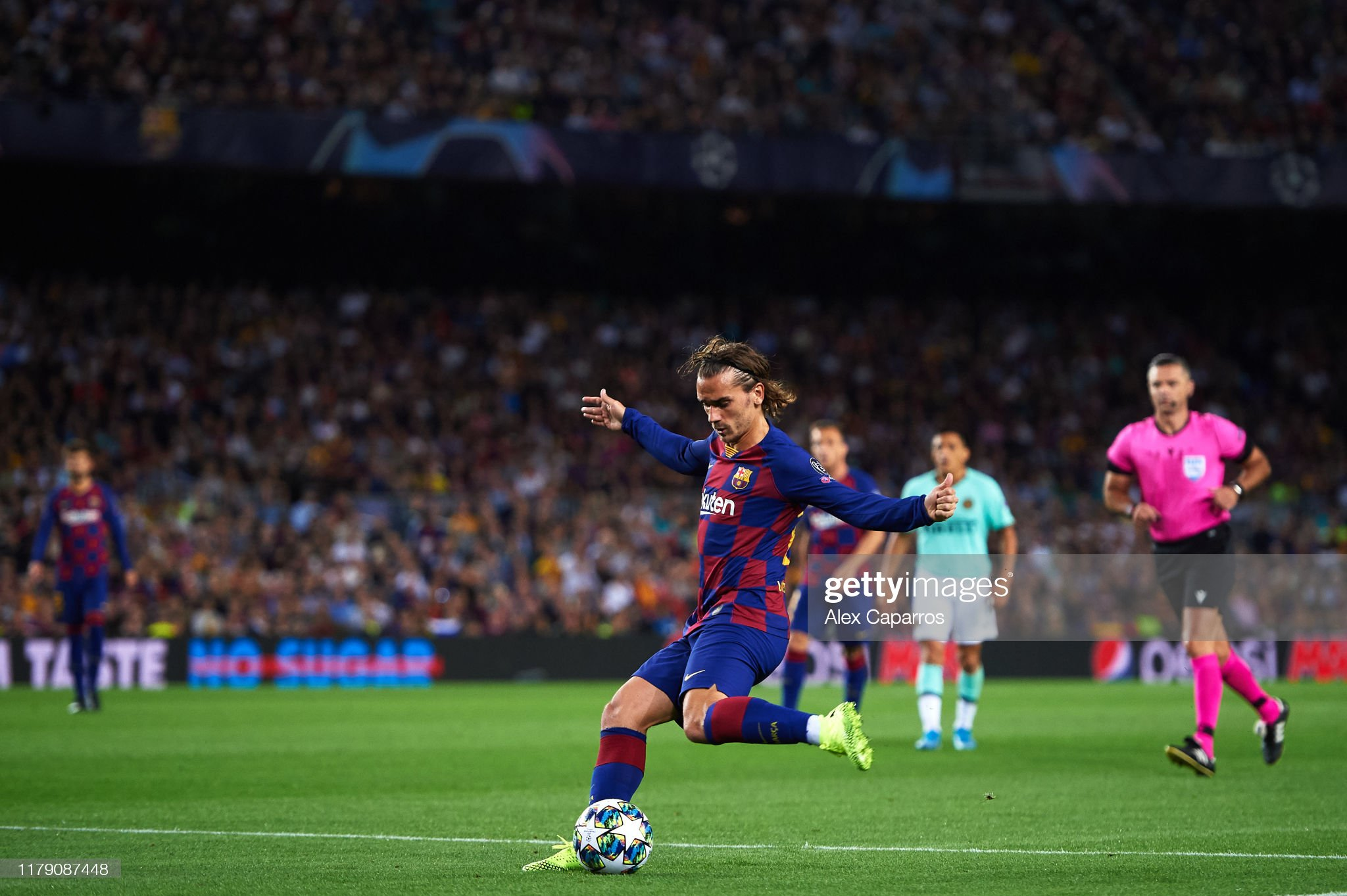 صور مباراة : برشلونة - إنتر 2-1 ( 02-10-2019 )  Antoine-griezmann-of-fc-barcelona-kicks-the-ball-during-the-uefa-f-picture-id1179087448?s=2048x2048
