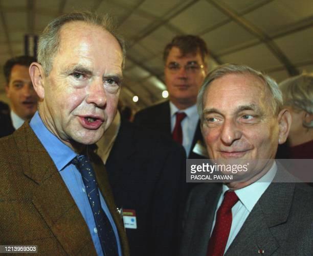 Antoine Rufenacht directeur de campagne du président Jacques Chirac pour l'élection présidentielle discute avec Jérôme Monod conseiller politique de...