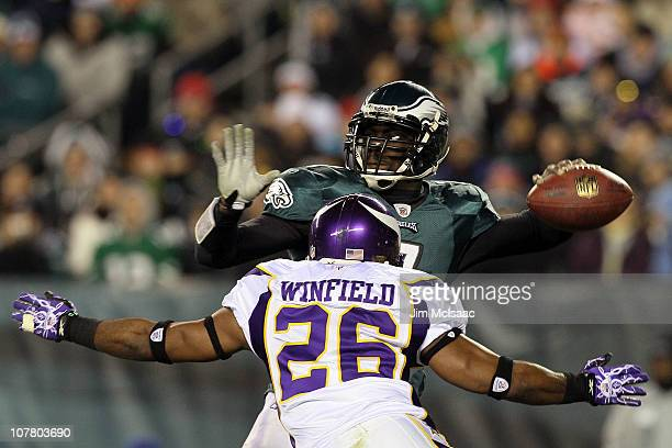 Antoine Winfield rushes after Michael Vick of the Philadelphia Eagles late in the first half of the game at Lincoln Financial Field on December 28...