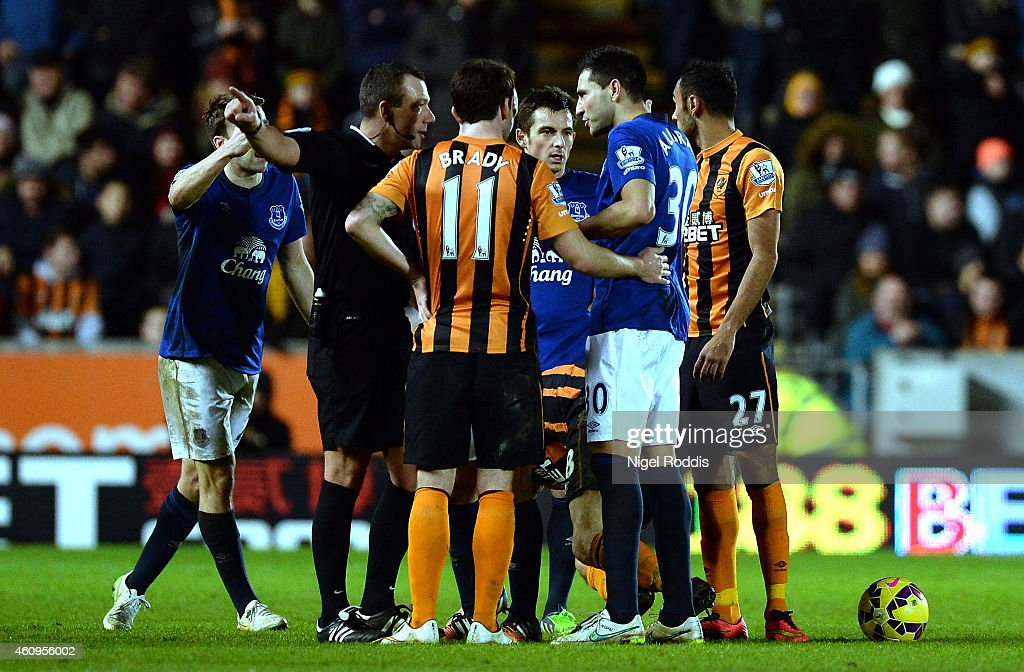 Antolin Alcarez (2nd R) of Everton is sent off by referee Kevin Friend during the Barclays Premier League match between Hull City and Everton at KC Stadium on January 1, 2015 in Hull, England.
