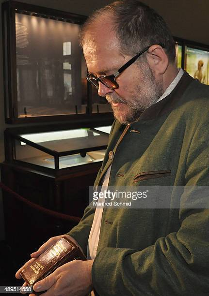 Anton Kern poses with 'Venus of Willendorf ' statuette in a box at Naturhistorisches Museum on September 22 2015 in Vienna Austria The statue which...