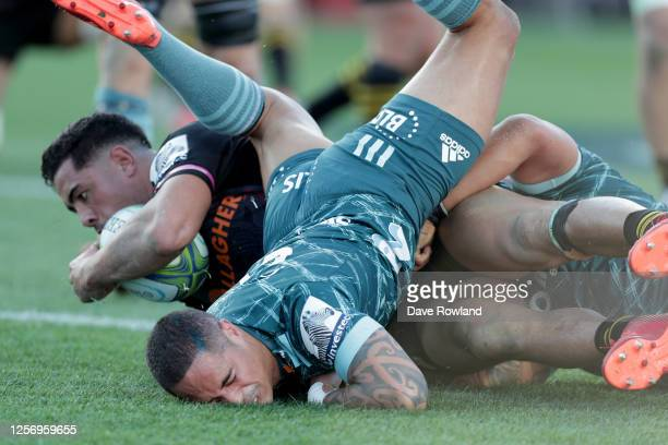 Anton Lienert-Brown of the Chiefs beats Aaron Smith of the Highlanders to score a try during the round 6 Super Rugby Aotearoa match between the...
