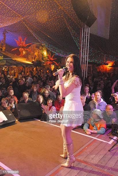 Antonia aus Tirol HansezeltParty Bremer Freimarkt Bremen Deutschland Europa Auftritt Bühne Mikro singen Zuschauer Publikum Sängerin