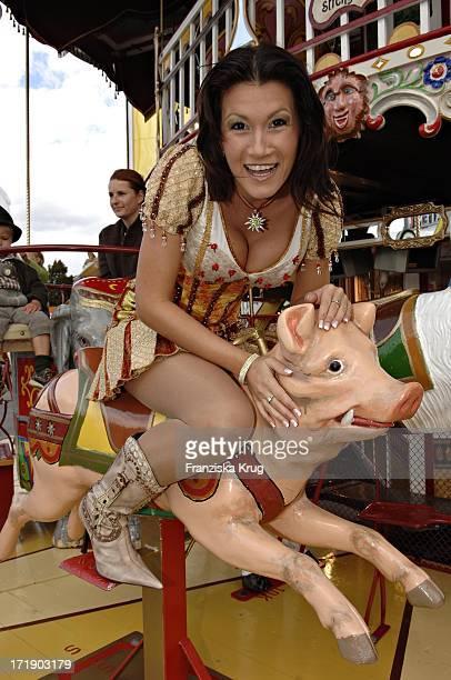 Antonia Aus Tirol Spaziert Über Das Oktoberfest In München Am 300905