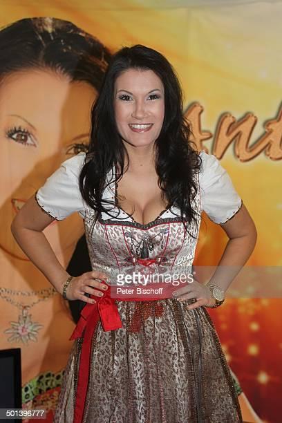 Antonia aus Tirol WerbeAuftritt mit Autogrammstunde für neue CD 'Mein Festival der Lieder' 'Real'Markt Staßfurt SachsenAnhalt Deutschland Europa sexy...