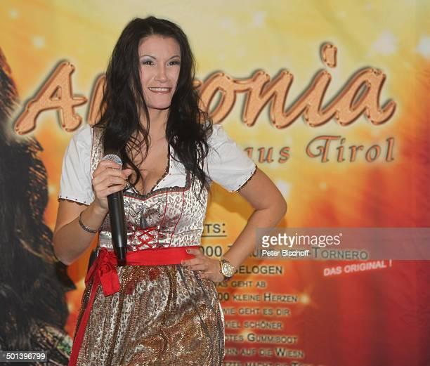 Antonia aus Tirol WerbeAuftritt mit Autogrammstunde für neue CD 'Mein Festival der Lieder' 'Real'Markt Staßfurt SachsenAnhalt Deutschland Europa...