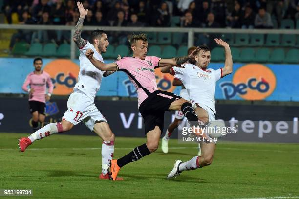 Antonino La Gumina of Palermo scores the opening goal during the serie A match between US Citta di Palermo and AS Bari at Stadio Renzo Barbera on...