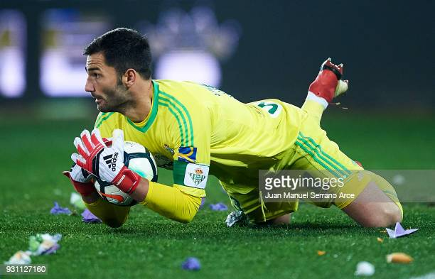 Antonio Adan of Real Betis Balompie controls the ball during the La Liga match between Deportivo Alaves and Real Betis Balompie at Mendizorroza...