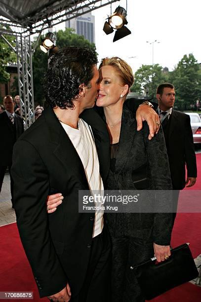 Antonio Banderas Küsst Ehefrau Melanie Griffith Bei Der Ankunft Zur DeutschlandPremiere Von Shrek 2 Der Tollkühne Held Kehrt Zurück Im Cinemaxx...