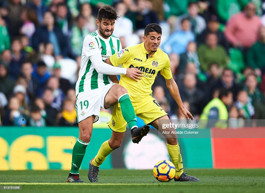 Antonio Barragan of Real Betis Balompie (L) competes for the ball with Pablo Fornals of Villarreal CF during the La Liga match between Real Betis and Villarreal at estadio Benito Villamarin on February 3, 2018 in Seville, Spain.