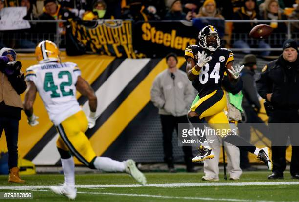 Antonio Brown of the Pittsburgh Steelers catches a pass for a 33 yard touchdown in the fourth quarter during the game at Heinz Field on November 26...