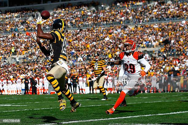 Antonio Brown of the Pittsburgh Steelers catches a touchdown pass in the 1st quarter during a game against the Cincinnati Bengals at Heinz Field on...