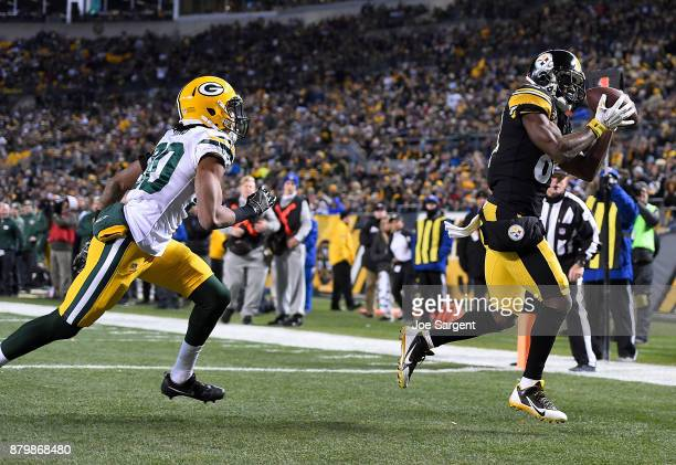 Antonio Brown of the Pittsburgh Steelers makes a catch in front of Kevin King of the Green Bay Packers for a 1 yard touchdown reception in the third...