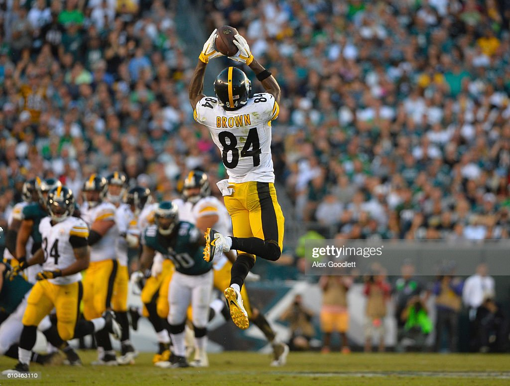 Antonio Brown #84 of the Pittsburgh Steelers makes a reception against the Philadelphia Eagles in the third quarter at Lincoln Financial Field on September 25, 2016 in Philadelphia, Pennsylvania.