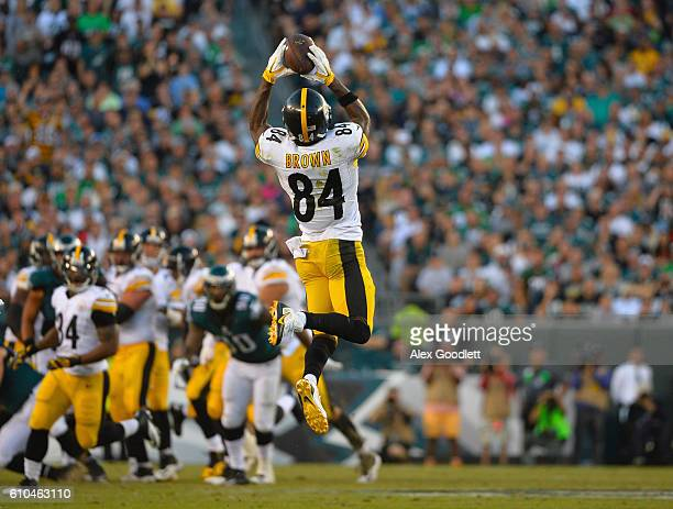 Antonio Brown of the Pittsburgh Steelers makes a reception against the Philadelphia Eagles in the third quarter at Lincoln Financial Field on...