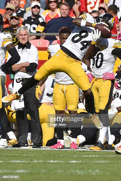 Antonio Brown of the Pittsburgh Steelers makes a sideline catch against the Kansas City Chiefs at Arrowhead Stadium during the third quarter of the...