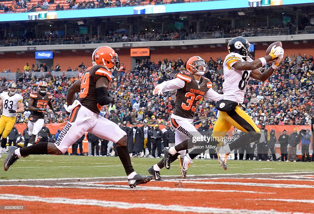Antonio Brown #84 of the Pittsburgh Steelers makes a touchdown catch in front of Tashaun Gipson #39 and Jordan Poyer #33 of the Cleveland Browns during the second quarter at FirstEnergy Stadium on January 3, 2016 in Cleveland, Ohio.