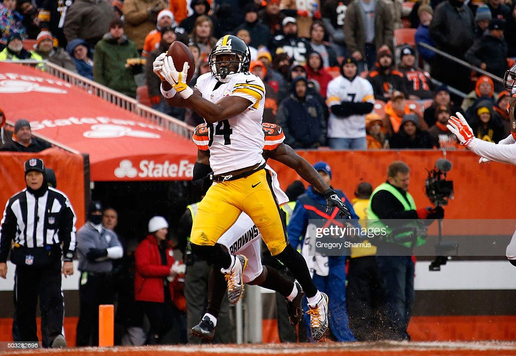 Antonio Brown #84 of the Pittsburgh Steelers makes a touchdown catch in front of Tashaun Gipson #39 of the Cleveland Browns during the second quarter at FirstEnergy Stadium on January 3, 2016 in Cleveland, Ohio.
