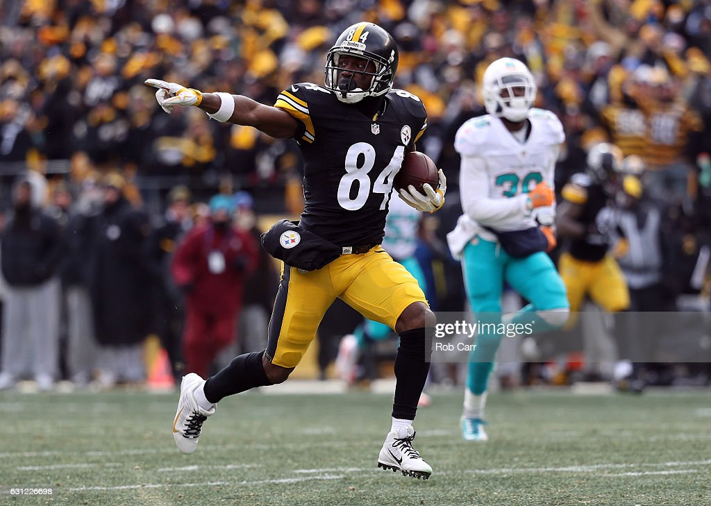 Antonio Brown #84 of the Pittsburgh Steelers runs down field for a touchdown after catching a pass from Ben Roethlisberger #7 during the first quarter against the Miami Dolphins in the AFC Wild Card game at Heinz Field on January 8, 2017 in Pittsburgh, Pennsylvania.