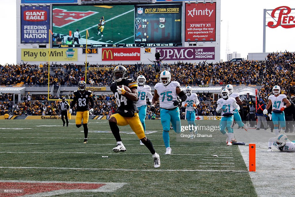 Antonio Brown #84 of the Pittsburgh Steelers scores a touchdown after catching a pass from Ben Roethlisberger #7 against the Miami Dolphins in the AFC Wild Card game at Heinz Field on January 8, 2017 in Pittsburgh, Pennsylvania.