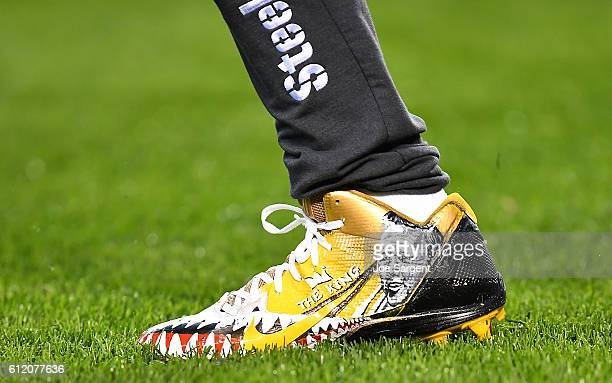 Antonio Brown of the Pittsburgh Steelers warms up wearing cleats honoring Arnold Palmer before the game against the Kansas City Chiefs at Heinz Field...