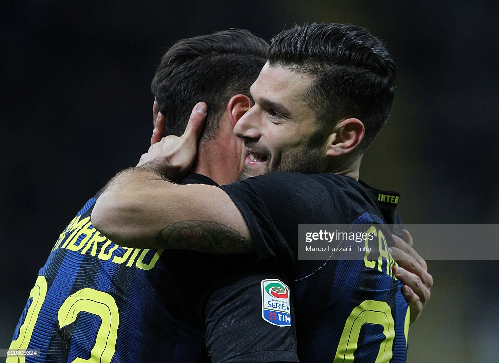 Antonio Candreva of FC Internazionale celebrates with team-mates after scoring the second goal during the Serie A match between FC Internazionale and ACF Fiorentina at Stadio Giuseppe Meazza on November 28, 2016 in Milan, Italy.