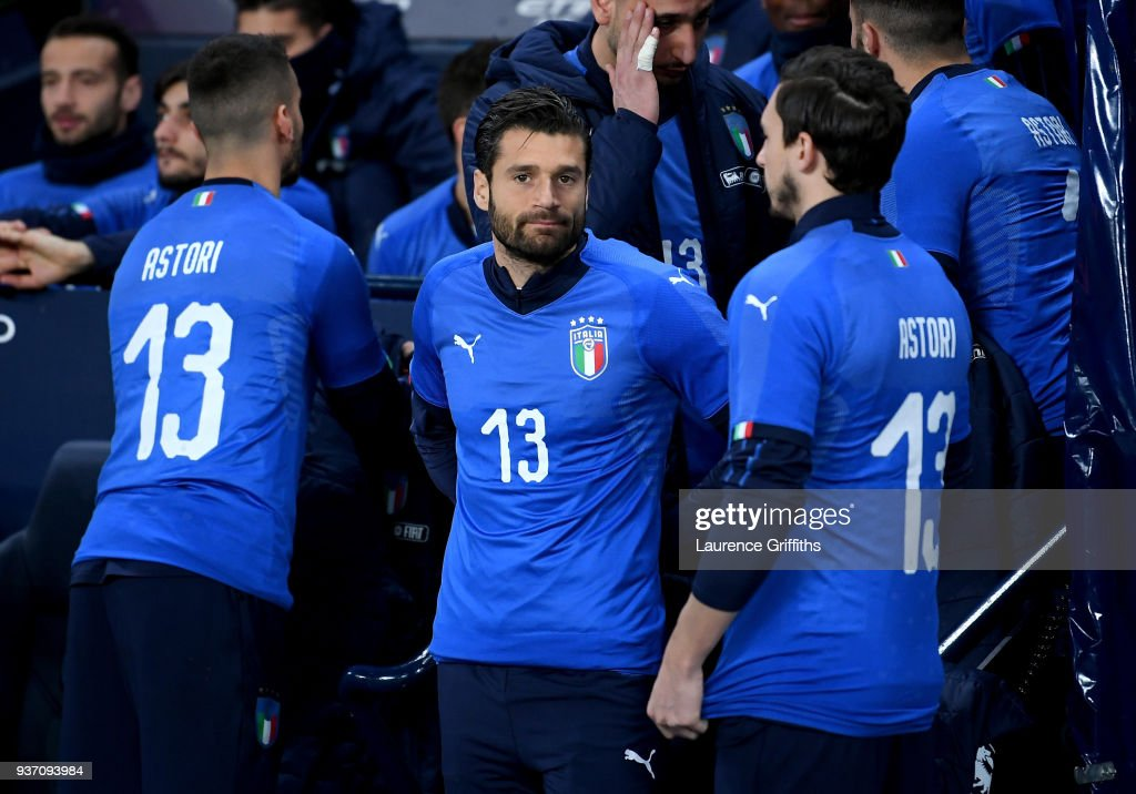 Antonio Candreva of Italy and his fellow Italy substitutes wear Davide Astori shirts in memory of him prior to the International friendly match between Italy and Argentina at Etihad Stadium on March 23, 2018 in Manchester, England.