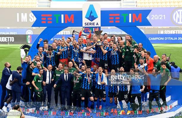 Antonio Conte, Head Coach of FC Internazionale and Christian Eriksen of FC Internazionale lift the Serie A Trophy whilst their team mates celebrate...