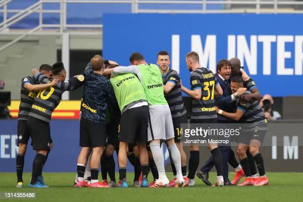 Antonio Conte, head coach of Internazionale celebrates with Alexis Sanchez and Romelu Lukaku after Matteo Darmian of Internazionale scored to give...